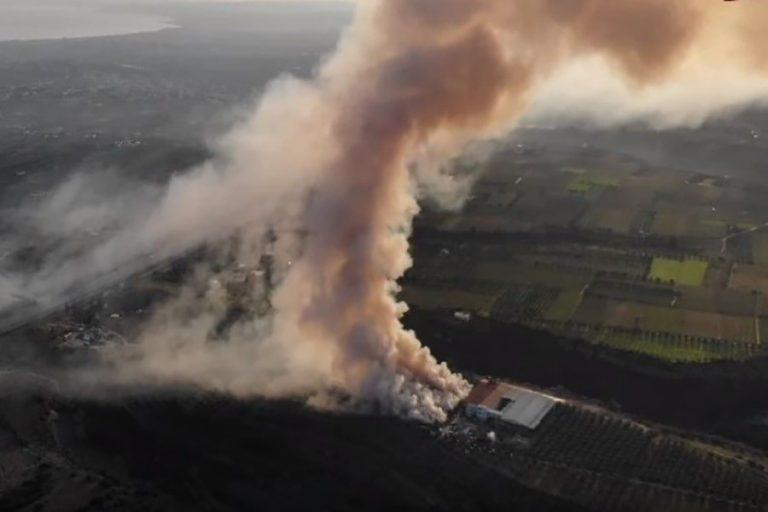 Τοξικό νέφος «πνίγει» την Κόρινθο από τη μεγάλη φωτιά σε εργοστάσιο (Βίντεο)