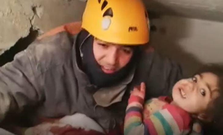 Bίντεο: Σώθηκαν μητέρα και η 2χρονη κόρη της στην Τουρκία μετά από 28 ώρες