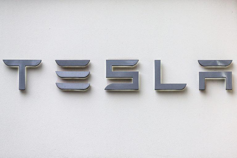Η Tesla «έβαλε μπρος» την κατασκευή αναπνευστήρων