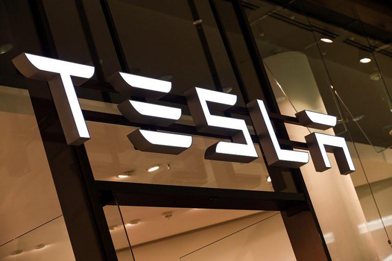 Ο Έλον Μασκ απειλεί να μεταφέρει από την Καλιφόρνια εργοστάσιο της Tesla