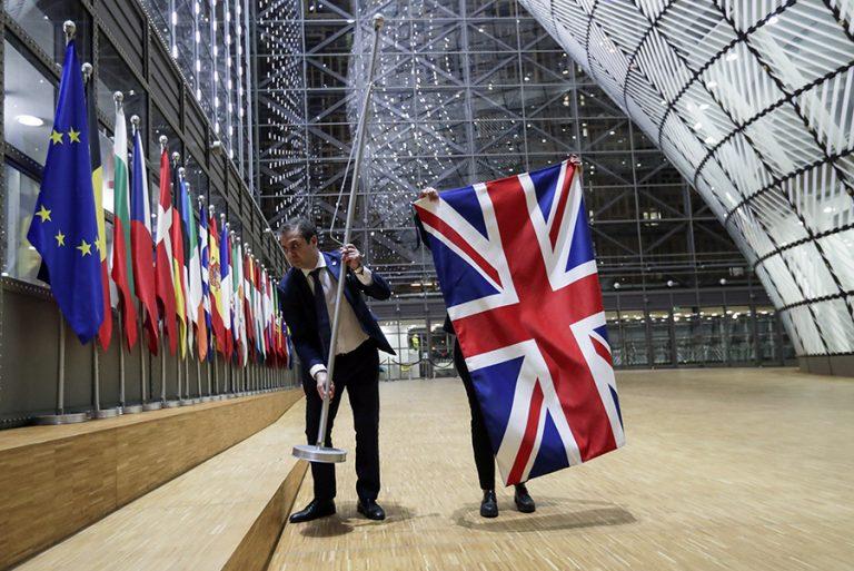 Η Βρετανία εκτός ΕΕ: Σαμπάνιες και ολονυκτίες για τα δύο στρατόπεδα του Brexit