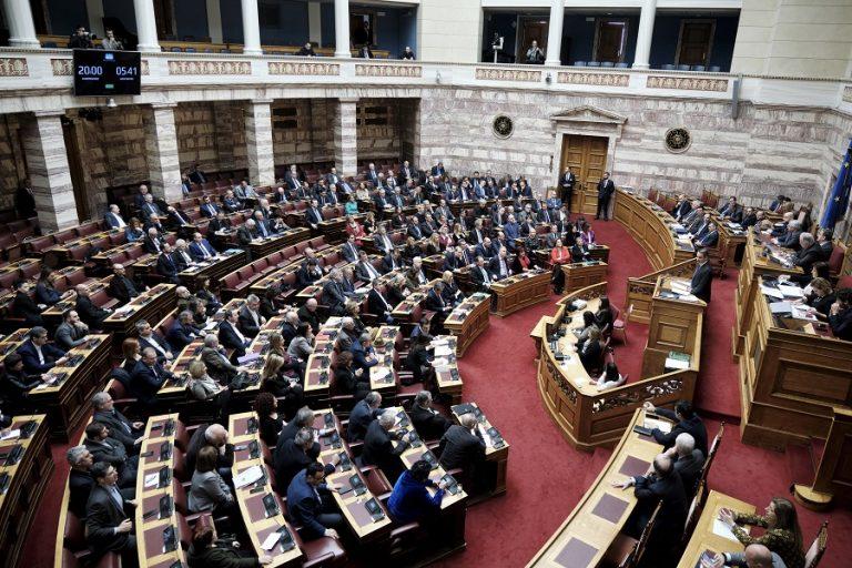 Κόντρα Μητσοτάκη – Τσίπρα στη βουλή για τα εργασιακά