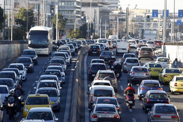 Αναβάλλουν την αγορά νέου αυτοκινήτου έξι στους 10 Ελληνες- Μειώνεται η χρήση των ΜΜΜ