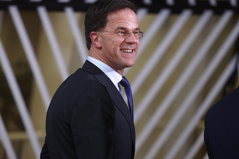 Με τη βιογραφία του Σοπέν στη Σύνοδο Κορυφής ο Ολλανδός πρωθυπουργός για να… περάσει την ώρα του