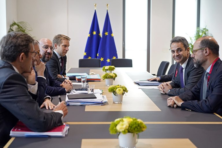 Διαρκείς επαφές Μητσοτάκη στις Βρυξέλλες μετά το αδιέξοδο του προϋπολογισμού
