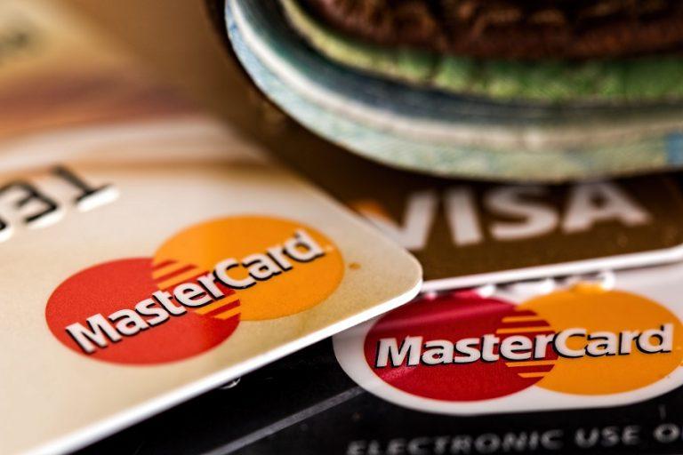 Τέλος στις βαρετές πληρωμές: Χρυσές πιστωτικές κάρτες με διαμάντια αξίας 50.000 δολαρίων