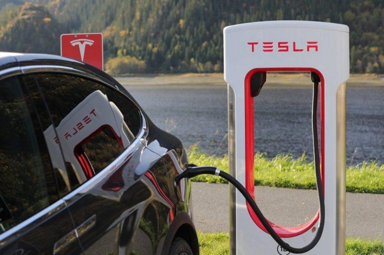 H Tesla βάζει την Ελλάδα στις «ηλεκτρικές λεωφόρους» της Ευρώπης