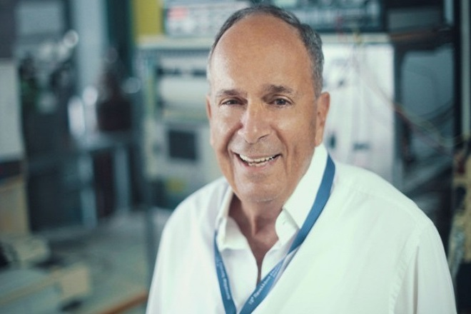 Κώστας Βαγενάς: Ο επιστήμονας που επιχειρεί να ξαναγράψει τη Φυσική των Σωματιδίων