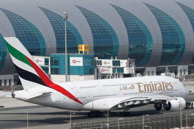 Η Emirates απέλυσε και άλλο προσωπικό και η United Airlines θέτει σε προσωρινή αργία έως και 36.000 εργαζομένους