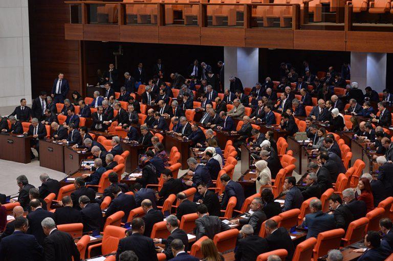 Χαμός στην τουρκική βουλή. Ήρθαν στα χέρια βουλευτές για τον πόλεμο στη Συρία (βίντεο)