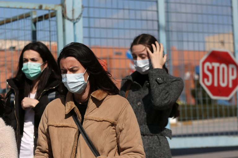 Υπουργείο Υγείας: Όχι σε μάσκες και γάντια σε εξωτερικούς χώρους