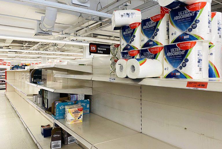 Ο κορωνοϊός μολύνει και τη Βρετανία: Άδειασαν τα ράφια των σούπερ μάρκετ- Η Tesco περιόρισε την αγορά προϊόντων σε μεγάλη ποσότητα