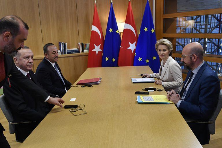 Τα «γυρίζει» η Τουρκία. Τώρα δηλώνει έτοιμη να συζητήσει για το μεταναστευτικό