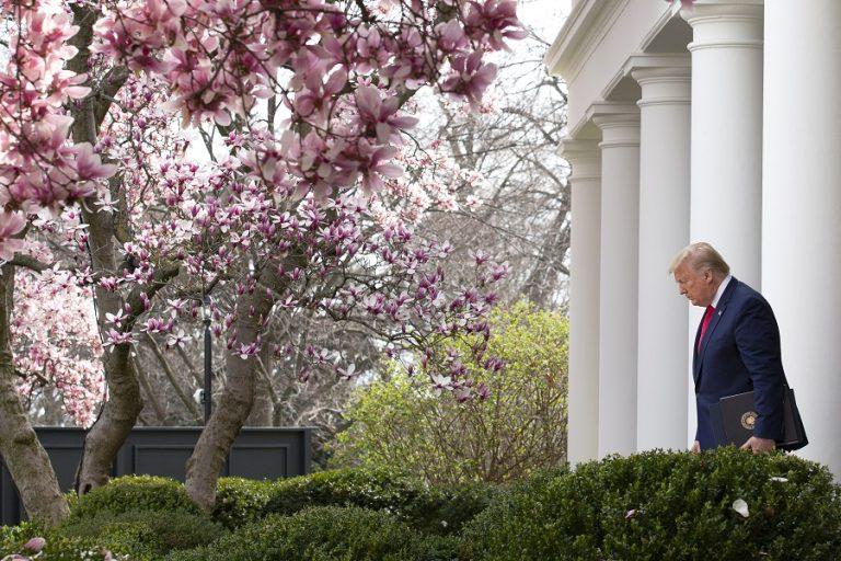 Θερμομέτρηση για όλους όσοι μπαίνουν στον Λευκό Οίκο. Κλείνουν εστιατόρια, μπαρ, σινεμά, θέατρα στη Νέα Υόρκη
