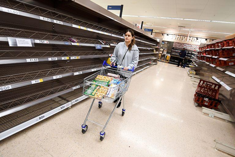 Οι Βρετανοί αδειάζουν τα σούπερ μάρκετ