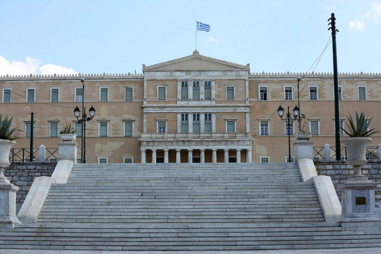 Η αναθεώρηση του χρέους στενεύει τα περιθώρια για μέτρα στήριξης και μειώσεις φόρων