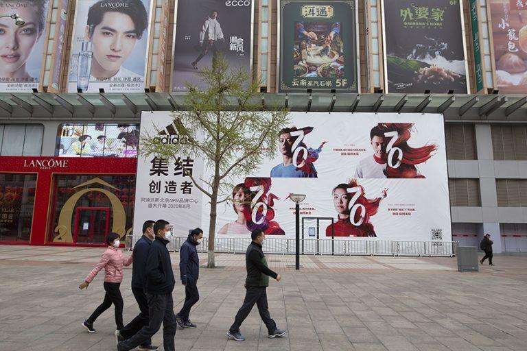Αμερικανός πρέσβης στο Λονδίνο κατηγορεί με άρθρο του την Κίνα για την εξάπλωση του κορωνοϊού