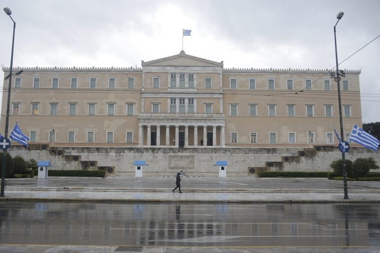 Bloomberg: Σε αυτή την πανδημία, η Ελλάδα μπορεί να περπατάει με ψηλά το κεφάλι της