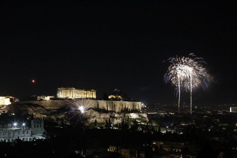 Κορωνοϊός: Πώς γιόρτασαν οι Έλληνες την Ανάσταση στα μπαλκόνια
