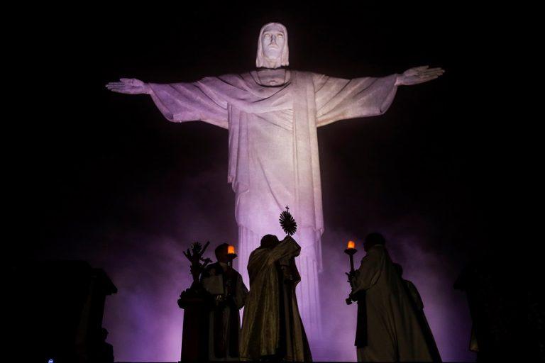 Εντυπωσιακό βίντεο στη Βραζιλία: «Έντυσαν» το Άγαλμα Χριστού στο Ρίο γιατρό
