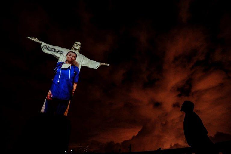 Το άγαλμα του Χριστού στο Ρίο φωτίστηκε με πορτραίτα υγειονομικών (Βίντεο)