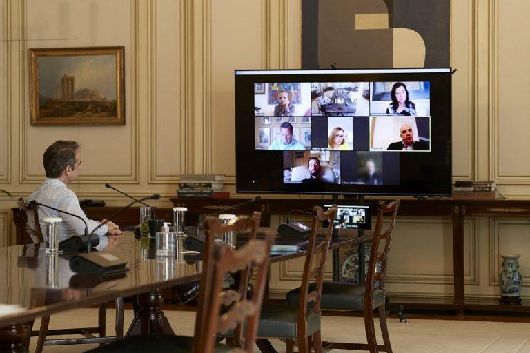 Τηλεδιάσκεψη Μητσοτάκη με τους ευρωβουλευτές της ΝΔ για τον κορωνοϊό