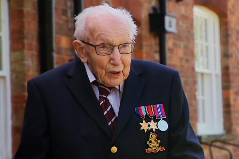 Ο 99χρονος ήρωας του Β' ΠΠ που κατάφερε να συγκεντρώσει 12 εκατ. λίρες κάνοντας… βόλτες στον κήπο