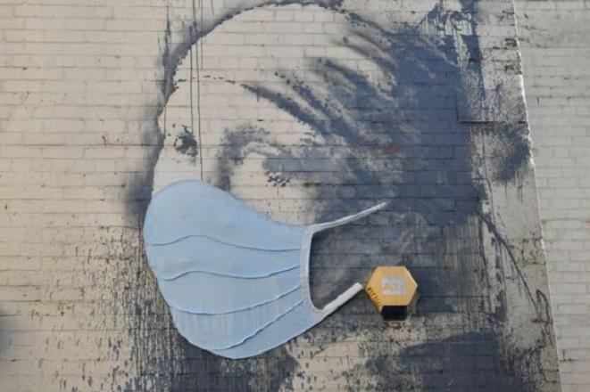 Έργο του Banksy επικαιροποιείται εν μέσω κορωνοϊού (Φωτογραφίες και Βίντεο)