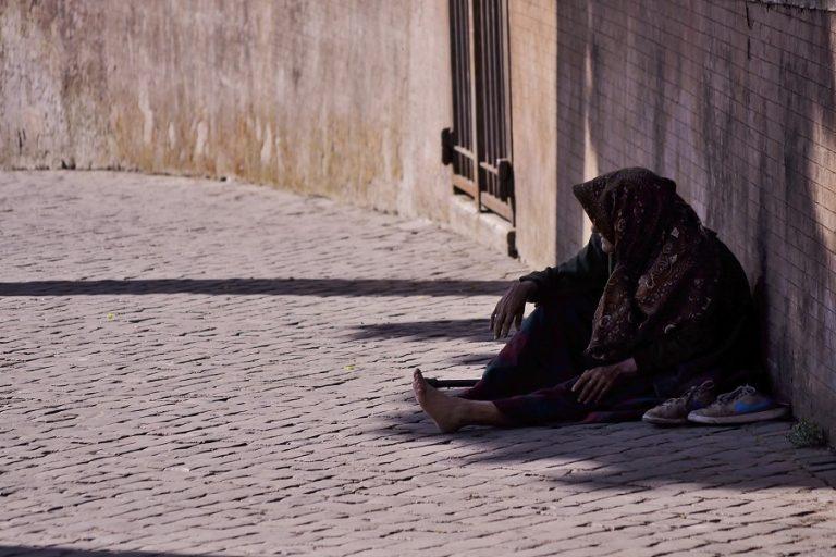 Οι ειδικοί προειδοποιούν: Έως 100 εκατ. «νεόπτωχους» στις πόλεις μπορεί να προκαλέσει η πανδημία