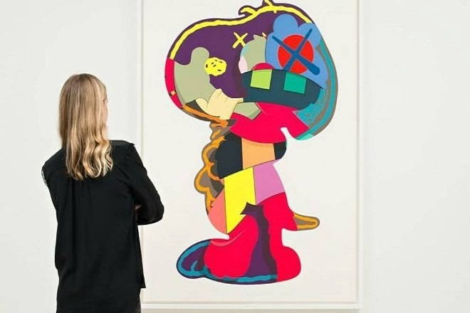 Ο καλλιτέχνης-φαινόμενο KAWS διαθέτει αντίγραφα έργων του για καλό σκοπό