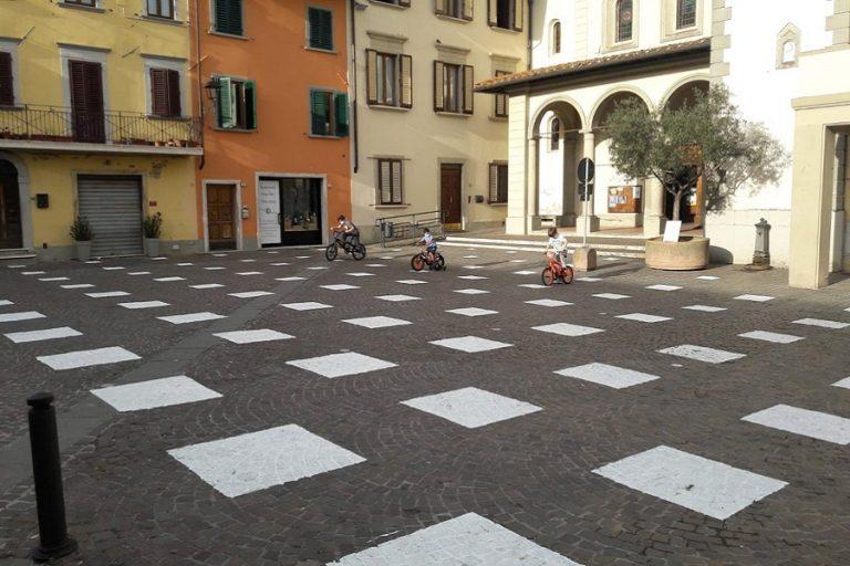 StoDistante: Μία ειδική εγκατάσταση σε πλατεία ενθαρρύνει το social distancing