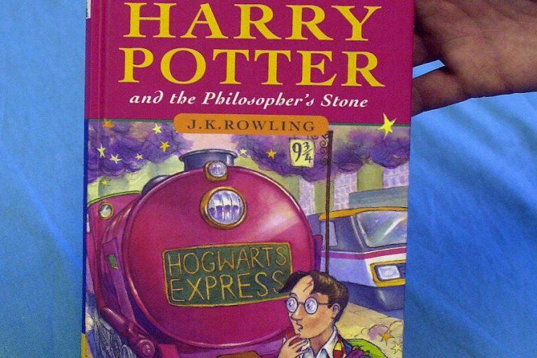 Σπάνιο βιβλίο της σειράς Χάρι Πότερ πουλήθηκε έναντι 36.850 ευρώ- Βρέθηκε τυχαία από έναν δάσκαλο πριν 12 χρόνια
