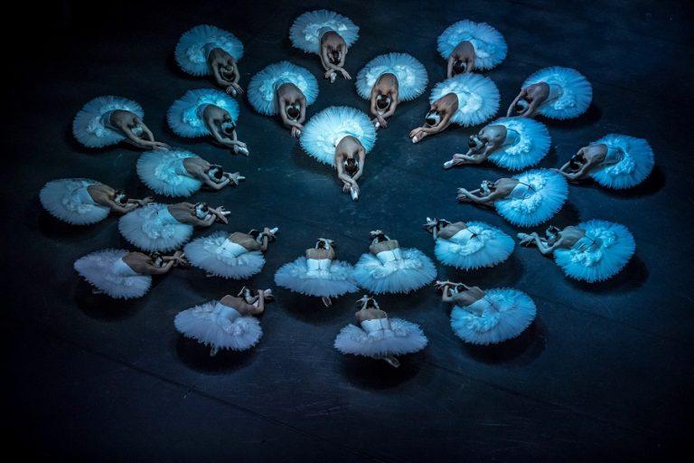 Το Εθνικό Μπαλέτο της Αγγλίας αναμεταδίδει ονλάιν την «Λίμνη των κύκνων»