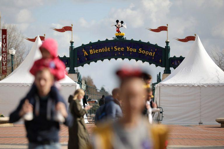 Ανοίγουν σταδικά τα θεματικά πάρκα της Walt Disney