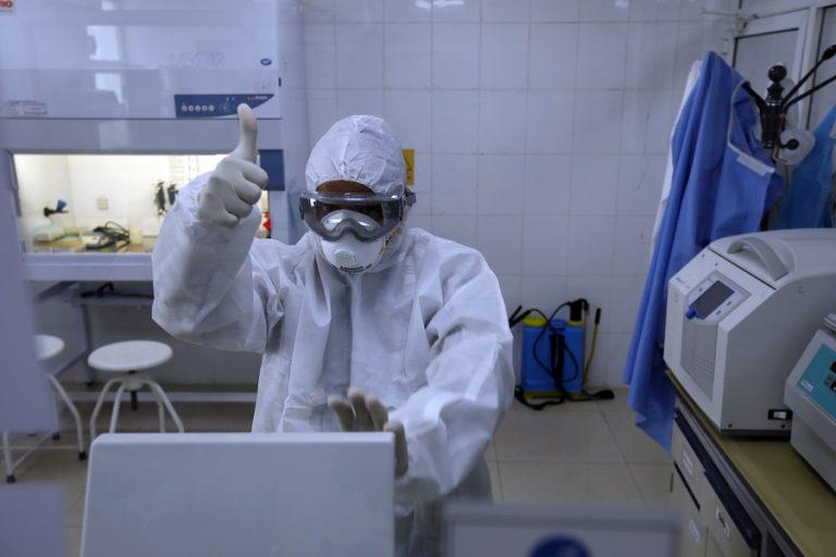 Ο ΠΟΥ προειδοποιεί ότι δεν υπάρχουν δεδομένα που να θεωρούν αναγκαία μια τρίτη δόση εμβολίων
