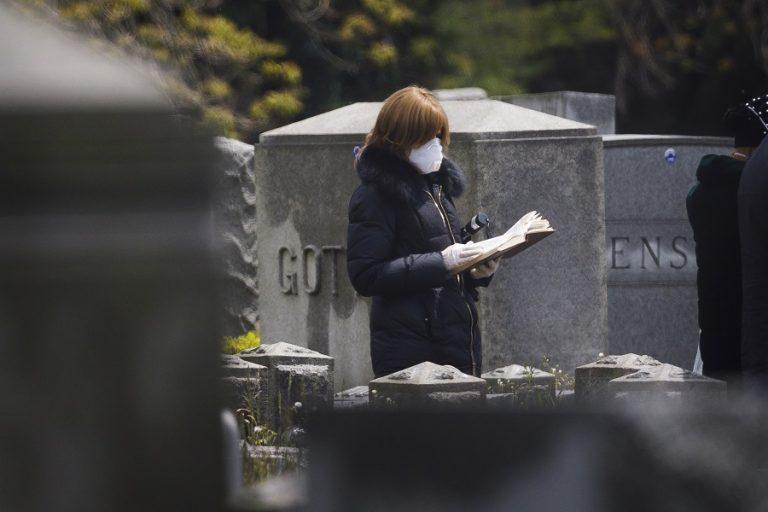Ακόμα σχεδόν 1.800 νεκροί σε 24 ώρες στις ΗΠΑ- Δυσκολία πρόσβασης σε διαγνωστικές εξετάσεις
