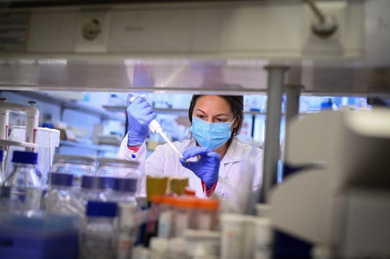 Πόσο εύκολα μεταδίδεται ο ιός στην εργασία- Τα επαγγέλματα που κινδυνέουν περισσότερο
