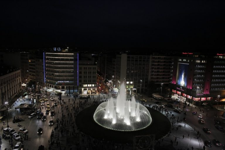 Παραδόθηκε στους Αθηναίους η νέα πλατεία Ομονοίας με το εντυπωσιακό συντριβάνι (Βίντεο – φωτογραφίες)