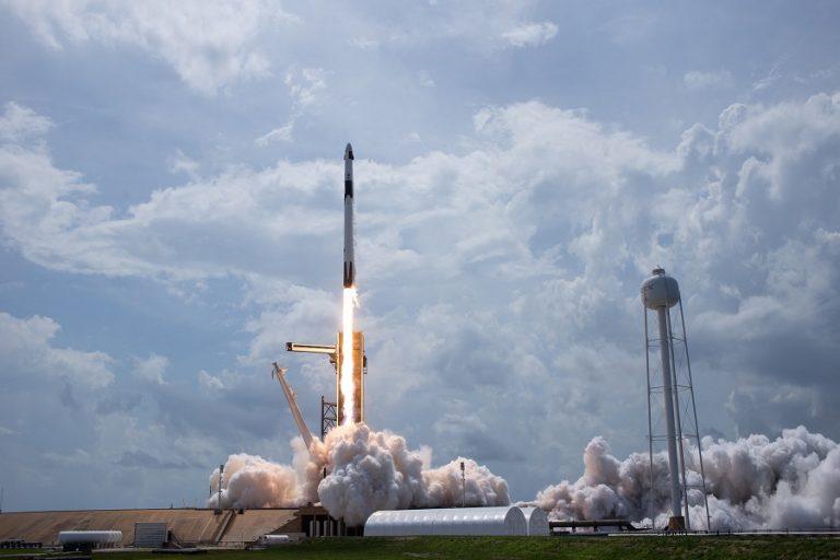 H Space Χ έγραψε ιστορία – Εντυπωσιακές φωτογραφίες και βίντεο από την επανδρωμένη αποστολή στο διάστημα