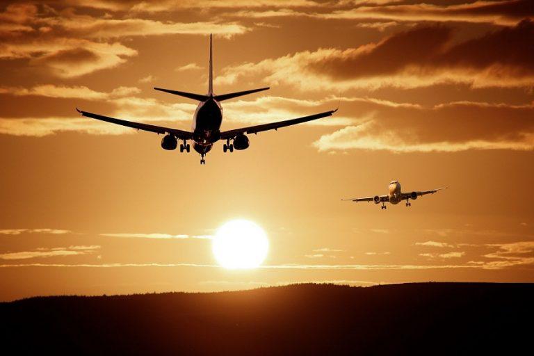 Άλμα για μετοχές τουριστικών, αεροπορικών εταιρειών- Ταξίδια στο εξωτερικό ετοιμάζουν οι Βρετανοί
