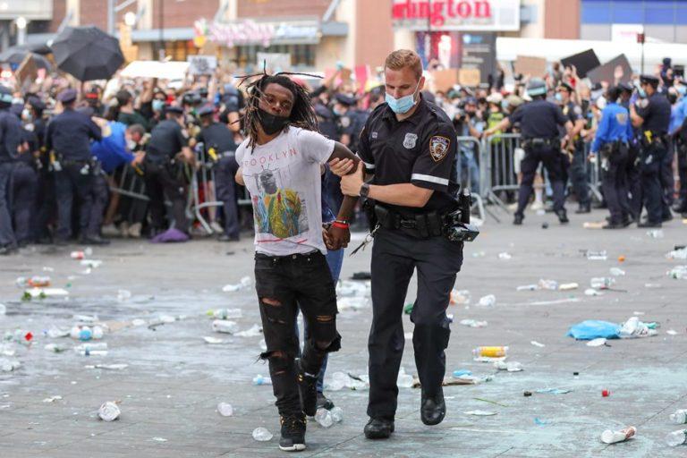 Εκτός κάθε ελέγχου παραμένει η κατάσταση στις ΗΠΑ: Νεκρός 19χρονος διαδηλωτής στο Ντιτρόιτ
