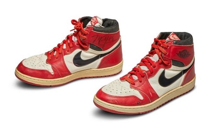 Sotheby's: Βγάζει «στο σφυρί» ζευγάρι παπούτσια που φορούσε σε αγώνα ο Michael Jordan