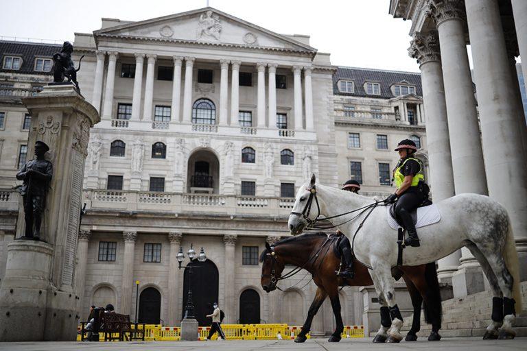 Η Τράπεζα της Αγγλίας έριξε επιπλέον 100 δισ. λίρες για να συγκρατήσει την ύφεση-ρεκόρ 300 ετών