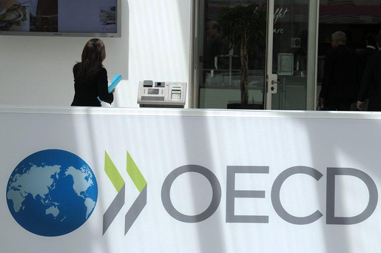 Μικρότερη ύφεση για την Ελλάδα σε σχέση με την Ευρωζώνη προβλέπει ο ΟΟΣΑ