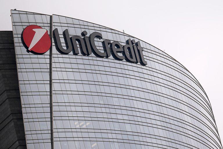 «Μαύρη» πρόβλεψη από Unicredit: Βλέπει «βουτιά» 50% στα έσοδα από τον τουρισμό στην Ελλάδα και ύφεση 16%