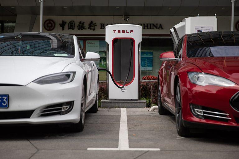 Η Tesla εναντίον της Rivian για υποκλοπή βιομηχανικών μυστικών