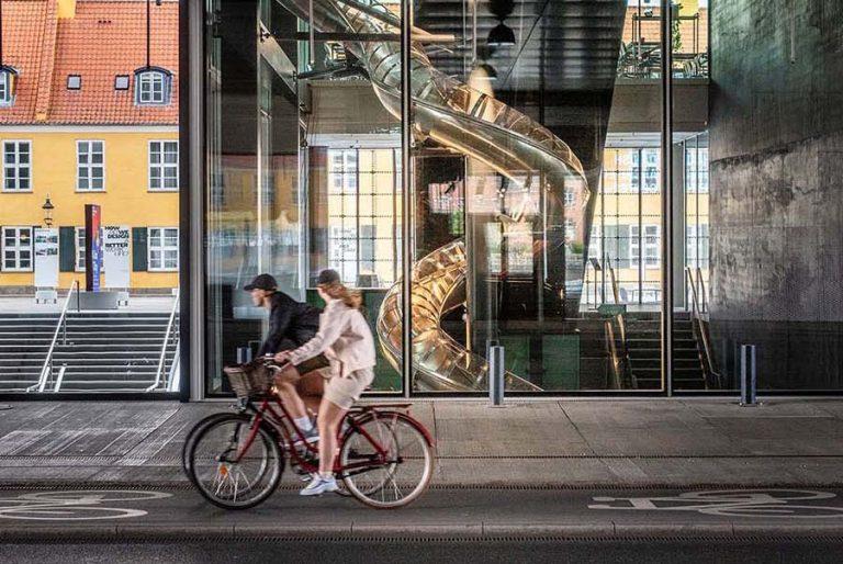 Οι επισκέπτες στο Αρχιτεκτονικό Κέντρο της Δανίας κατεβαίνουν με τσουλήθρα τους ορόφους
