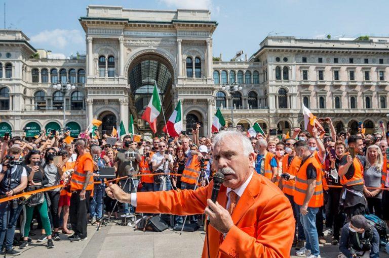Σε πεδίο μάχης έχουν μετατραπεί οι δρόμοι σε μεγάλες πόλεις της Ιταλίας: Διαδηλώσεις κατά του lockdown, της κυβέρνησης και του ευρώ