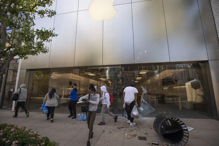 H Apple εντοπίζει τα iPhone που κλέβουν όσοι λεηλατούν τα καταστήματά της στις ΗΠΑ