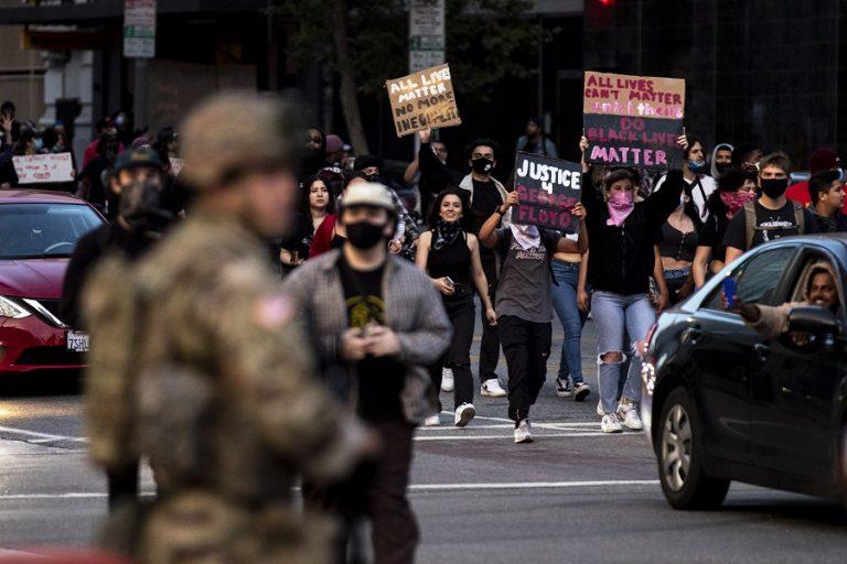 Ιατροδικαστική έκθεση: «Ανθρωποκτονία» ο θάνατος του Τζορτζ Φλόιντ- Βγάζει στρατό στους δρόμους ο Τραμπ